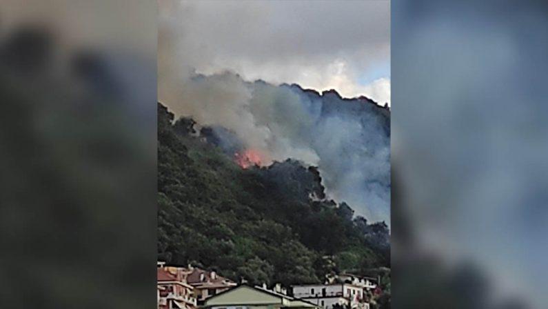 Vasto incendio a Vibo marina, minacciata la zona portuale