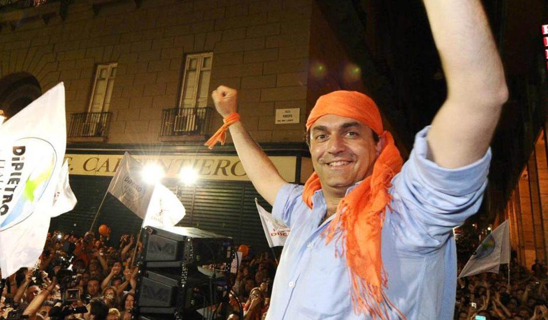 Luigi De Magistris con la bandana arancione