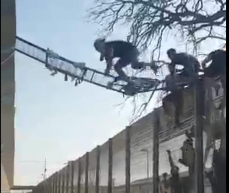 I migranti fuggono dal centro S.Anna di Crotone: bloccato persino l'aeroporto