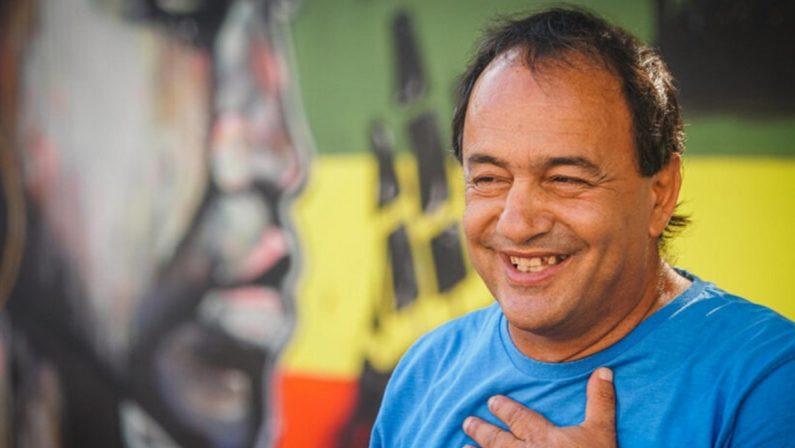 Mimmo Lucano debutta a teatro con Riace social blues