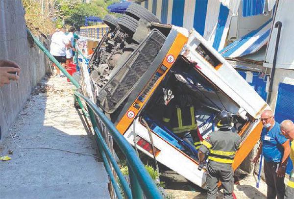 Capri, precipita minibus, un morto