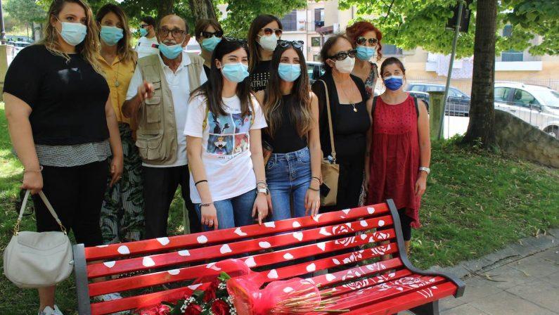 Celico, una panchina rossa dedicata a Roberta Lanzino - VIDEO