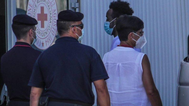 Covid, poliziotto contagiato in un centro migranti: l'uomo è in isolamento a Crotone