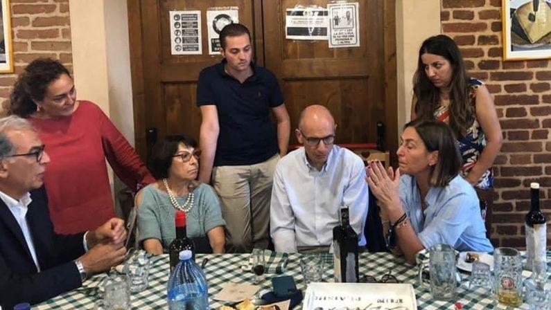 La foto a tavola innesca la guerra tra Bruno Bossio e de Magistris, che attacca: «Si spartiscono la torta di Tansi»