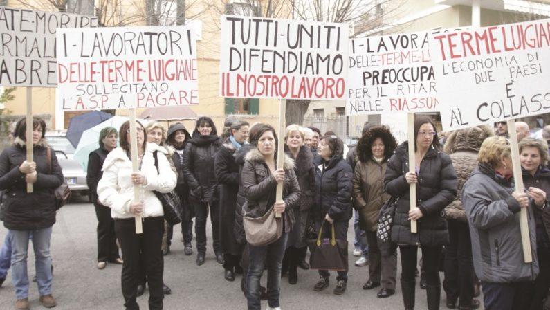 Lavoratori in marcia contro la vergogna delle Terme Luigiane - FOTO