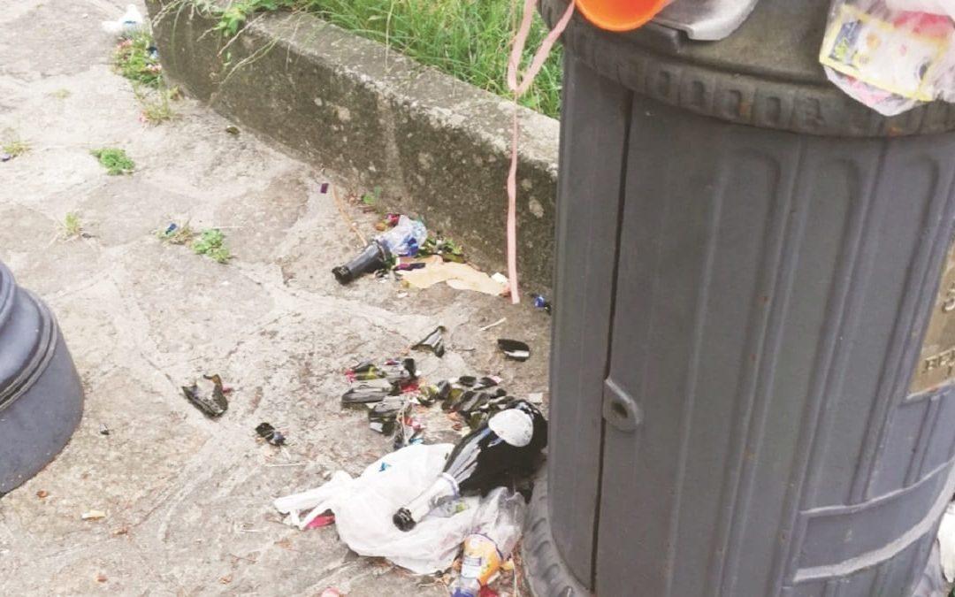 Le conseguenze del bivacco notturno lungo la scalinata che porta a Corso Umberto I