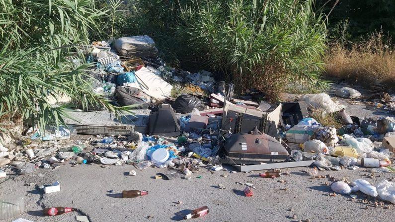 A Vibo Marina strade come discariche: «È uno scempio senza fine»