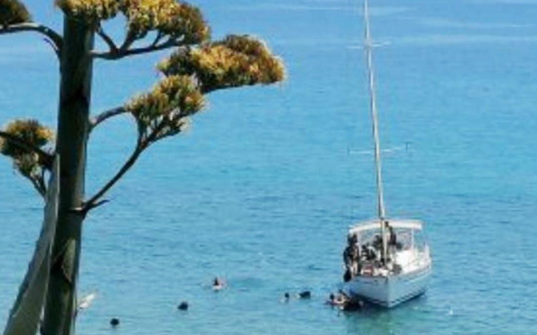 La barca a vela con i migranti a Palizzi