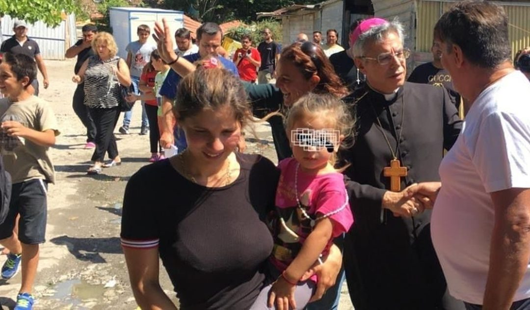 La visita del vescovo Schillaci al campo rom di Scordovillo (foto Francesco Bevilacqua - Facebook)