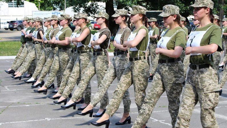 Soldatesse con i tacchi alla parata militare in Ucraina: è polemica