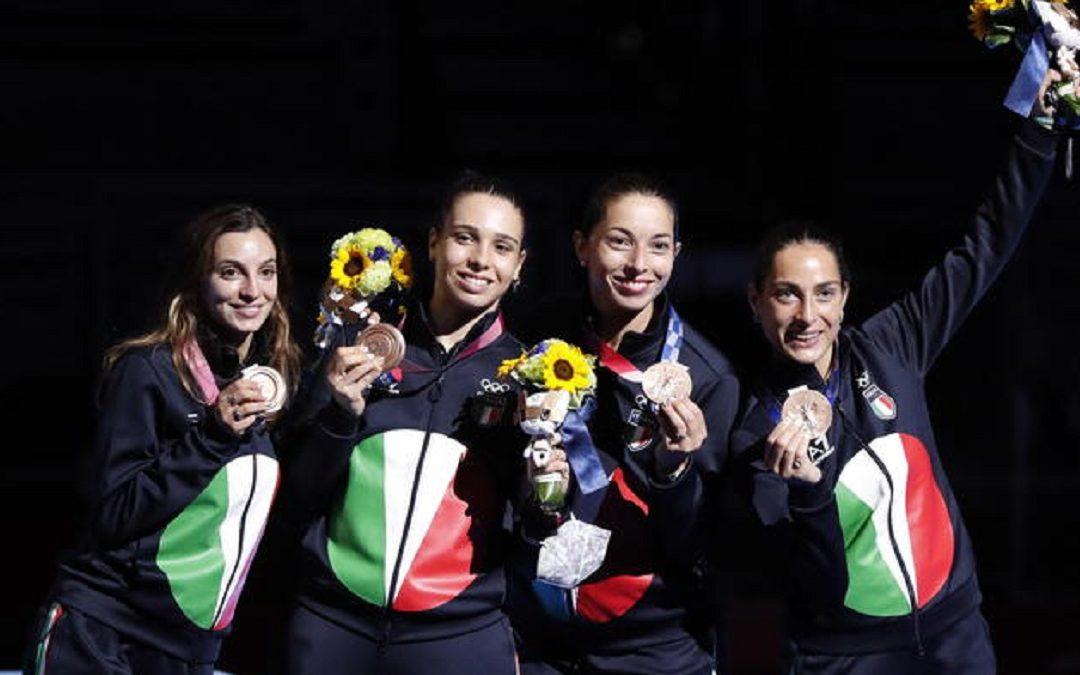 La squadra italiana di spada femminile con la medaglia di bronzo