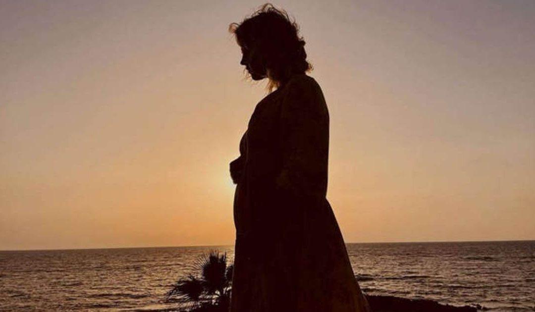 La foto con cui la coppia ha annunciato la dolce attesa