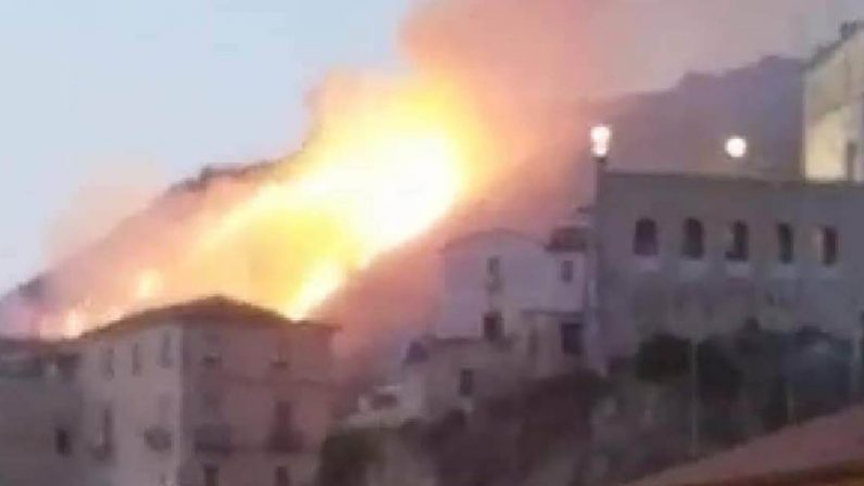 Amantea, vasto incendio nei pressi del Castello