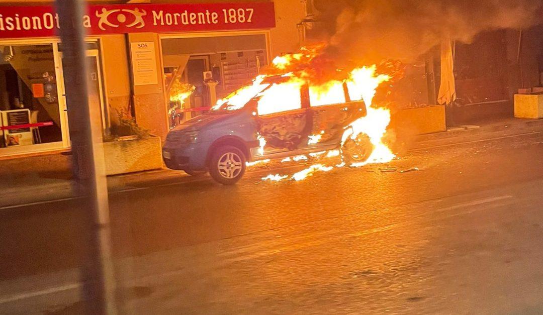 L'auto in fiamme a Praia a Mare