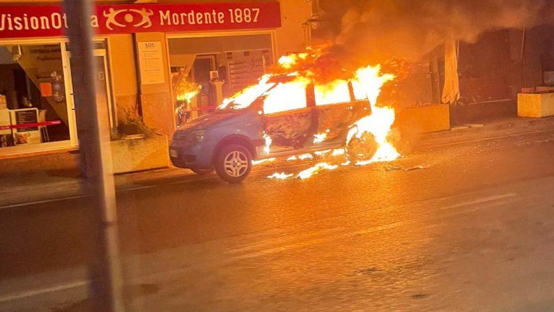 Auto in fiamme a Praia a Mare nello stesso luogo della sparatoria dei giorni scorsi