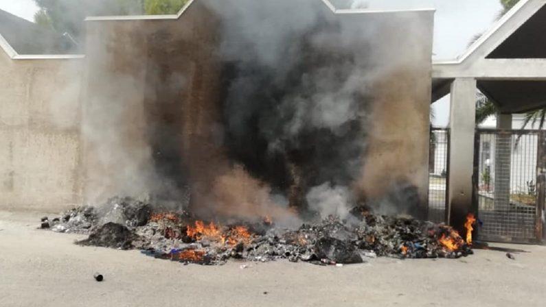 Bruciano rifiuti al cimitero di Amantea