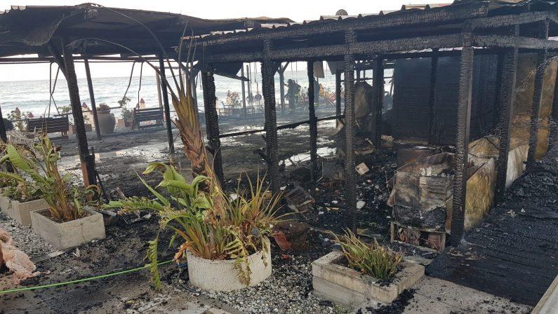 Shock a Paola, stabilimento balneare distrutto da un incendio: matrice è dolosa - FOTO
