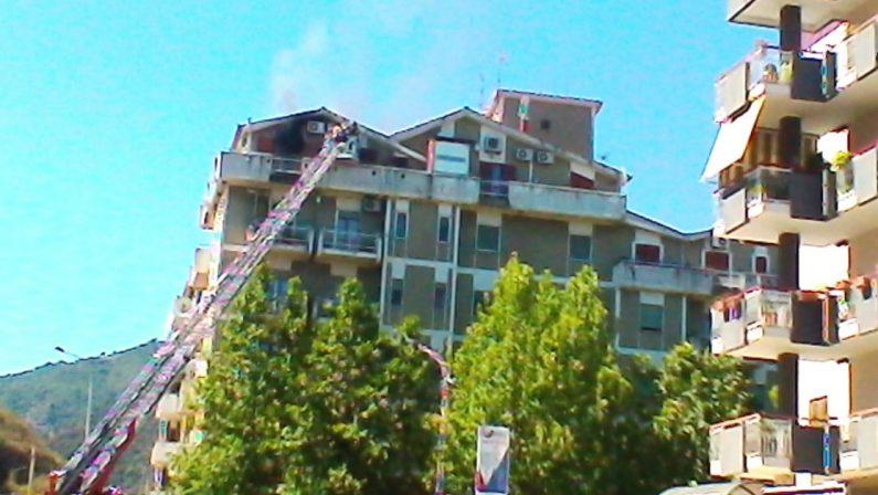 Mansarda in fiamme in pieno centro abitato a Corigliano Rossano, evacuato tutto il palazzo