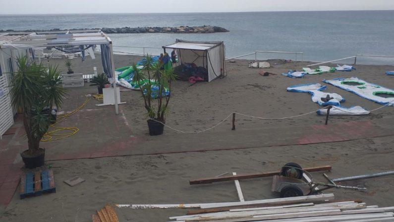 Maltempo, una tromba d'aria devasta un lido sulla spiaggia di Paola