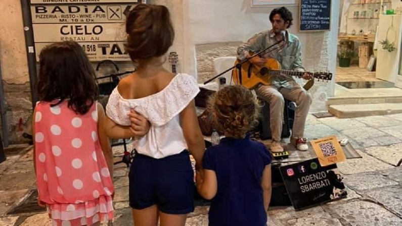 Artisti di strada cacciati da Tropea, il commiato del giovane: «La Calabria è molto di più»