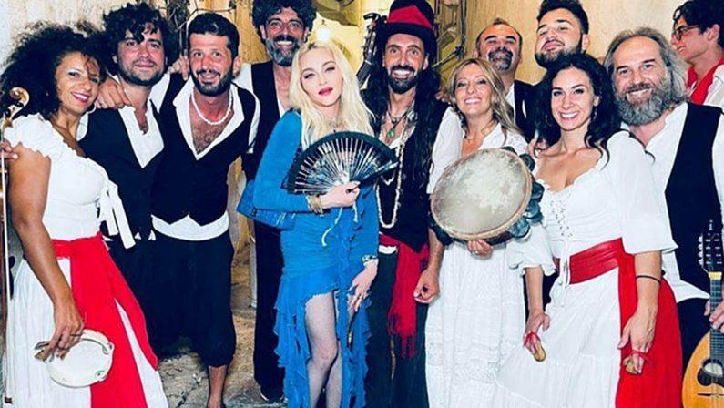Madonna ad Ostuni canta Bella Ciao e suona il Tamburello
