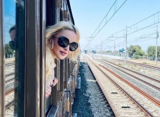 Madonna lascia la Puglia, viaggio e festa sul treno storico
