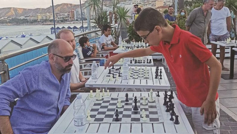 Figlio di calabresi, a 12 anni è come Beth la regina degli scacchi. L'ultima simultanea a Crotone