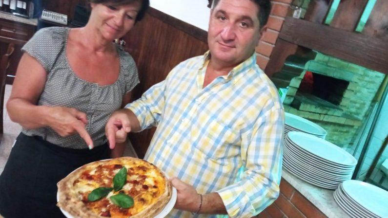 In una pizzeria del Tirreno cosentino trionfa la pizza Covid-19