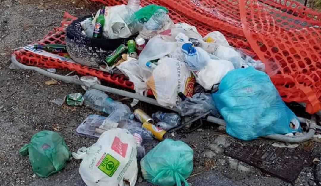 I rifiuti sulla scogliera di Coreca