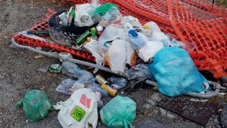 Amantea, la scogliera di Coreca trasformata in una discarica di rifiuti