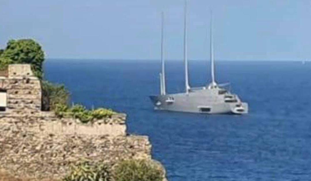 Lo yacht al largo delle acque di Pizzo