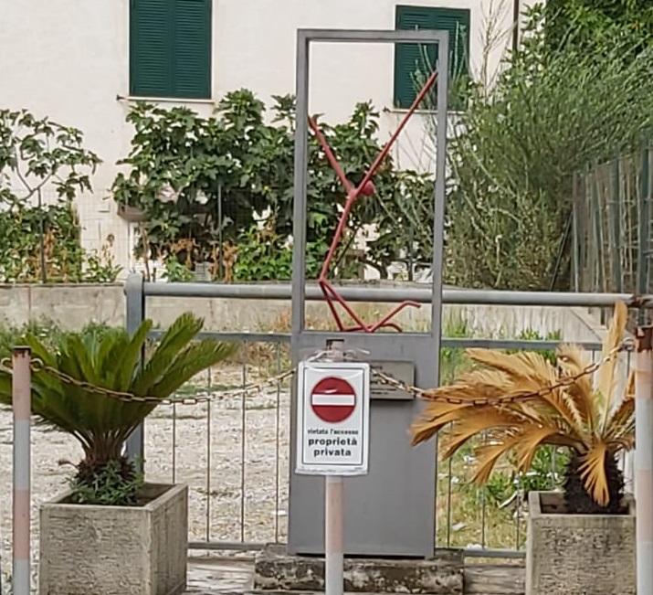 """La statua di Luigi Gravina e lo """"sfratto"""", è polemica sulla scultura antimafia"""