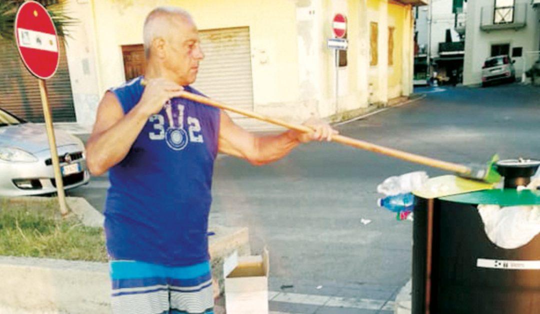 Il turista campano alle prese coi rifiuti sul lungomare