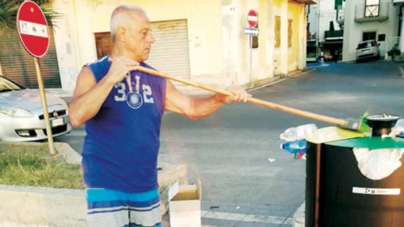 Un turista campano a Cirò marina pulisce il lungomare tutte le mattine