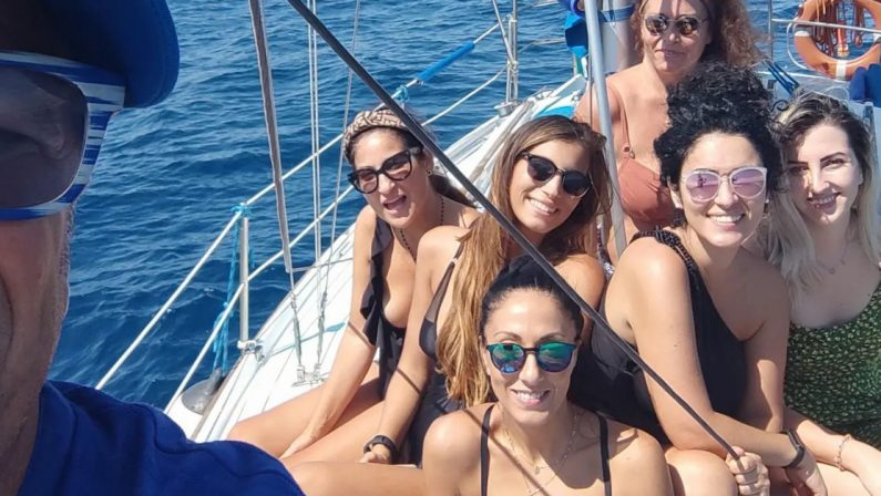 Guarito dal Covid, ringrazia i sanitari portandoli in barca