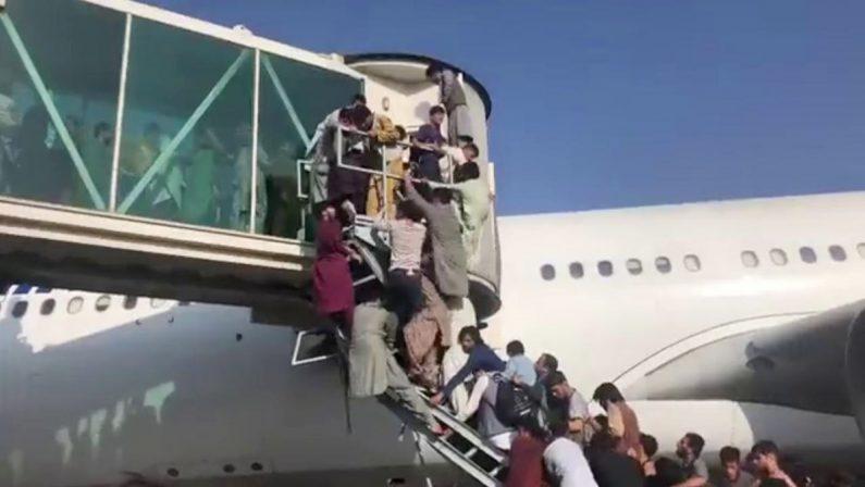 Fuga dall'Afghanistan talebano, almeno cinque morti all'aeroporto di Kabul