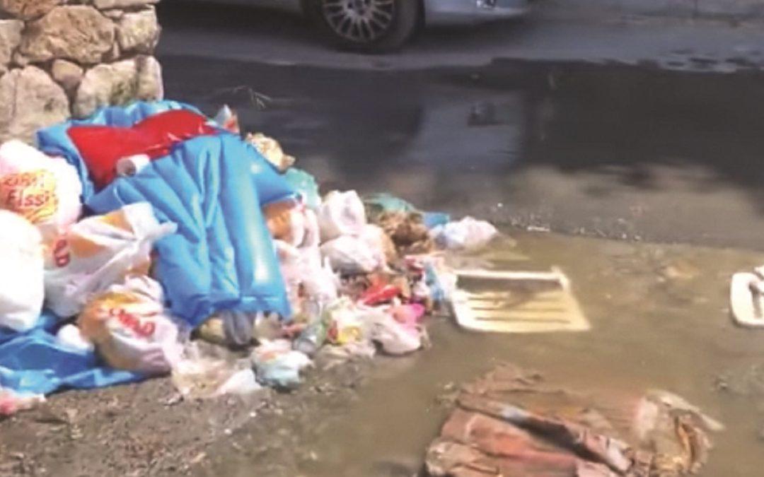La fuoriuscita di liquami in strada che lentamente ha raggiunto la spiaggia invasa dai turisti