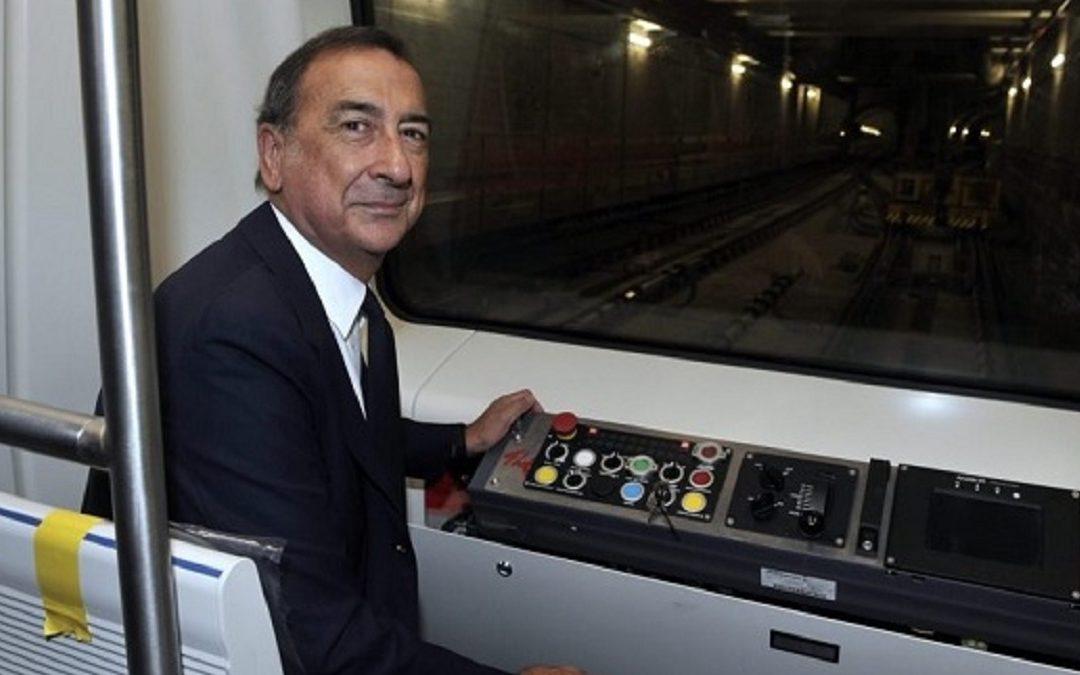 Il sindaco di Milano Beppe Sala su un convoglio della metropolitana