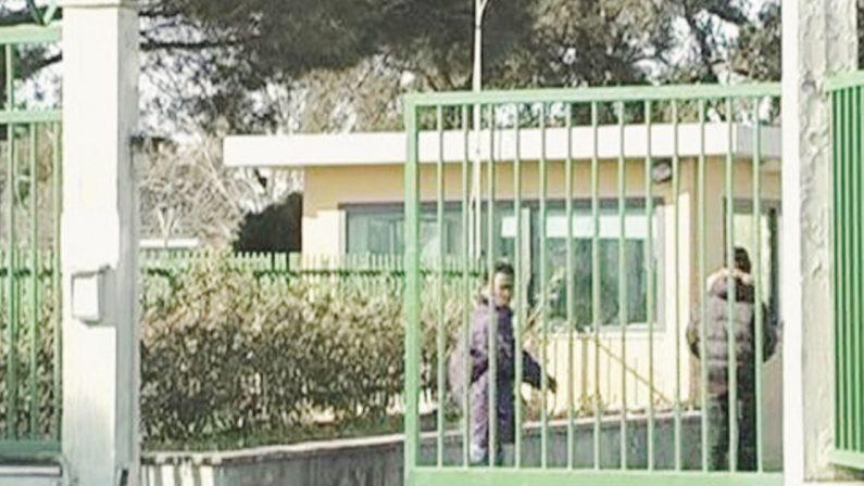 Crotone, fuga di massa di migranti dalla quarantena Covid