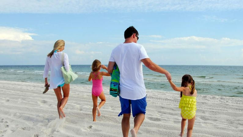 Vacanze, quella grande rinuncia che fa soffrire ragazzi e genitori
