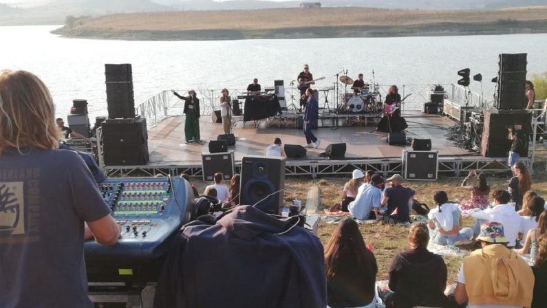 Il tramonto nel lago e la musica dal vivo: la magia del concerto di Ghemon in Sila
