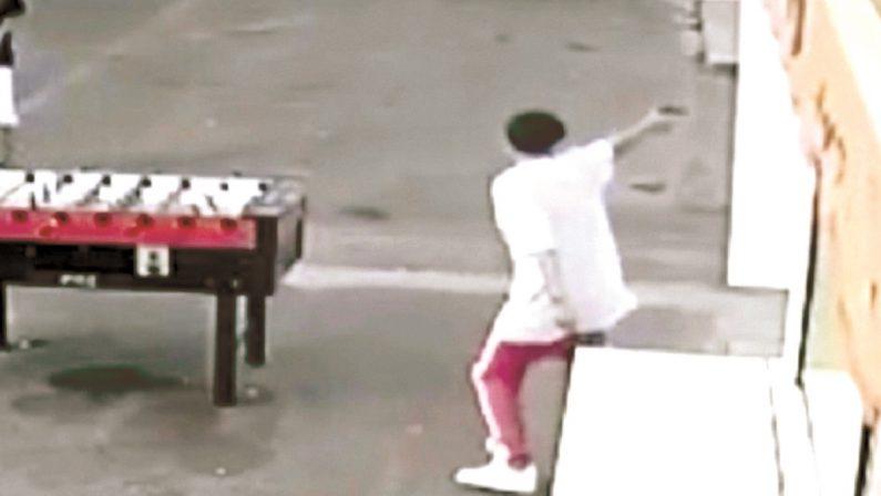 LA FOTO - Estate violenta a Scalea: giovani con la pistola pronti a sparare