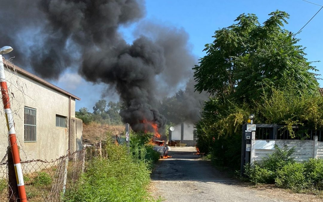 Le auto degli operatori del Cas di Torano in fiamme