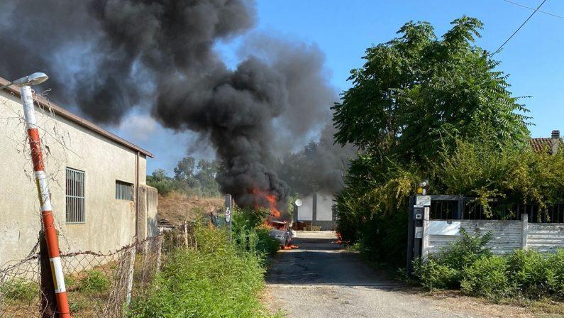 Dà fuoco alle auto degli operatori del Cas di Torano, arrestato 22enne