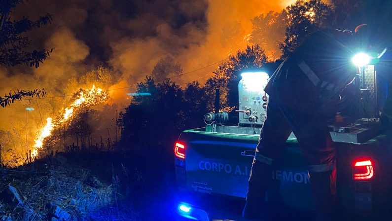 Casali del Manco, vasto incendio nei pressi della stazione di Perito