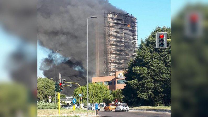 Milano, maxi incendio in un grattacielo: 70 famiglie evacuate - VIDEO