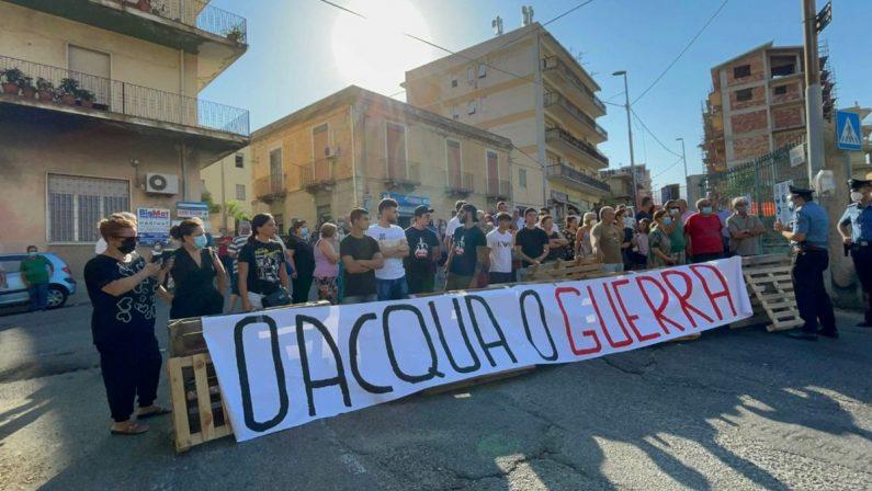 """""""O acqua o guerra"""", a Condera di Reggio tornano le barricate come ai tempi della rivolta"""