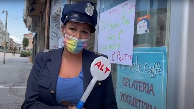 Green Pass, barista protesta a Cosenza vestita da poliziotta: «Non sono una guardia» - VIDEO