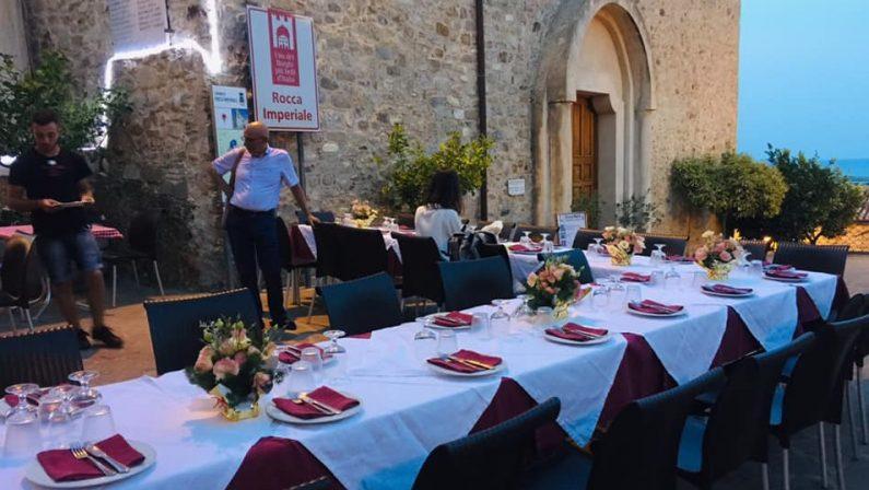 """Il parroco """"scomunica"""" la trattoria coi tavoli davanti alla chiesa: il caso nel Cosentino"""