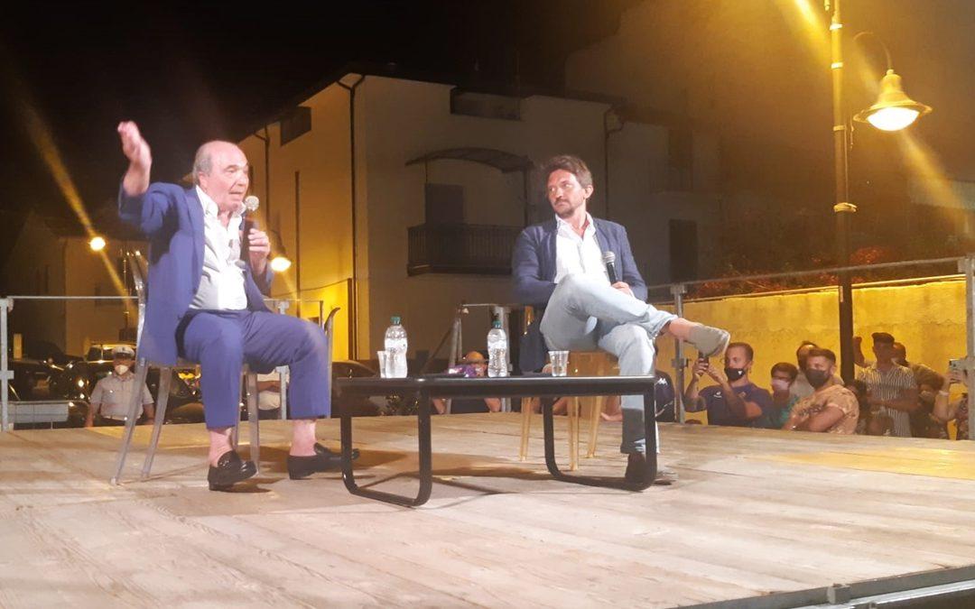 Rocco Commisso sul palco di Marina di Gioiosa Jonica con Tommaso Labate